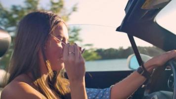 la chica detrás de la conducción del coche