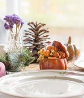 Mesa decorada con platos para la fiesta de acción de gracias.