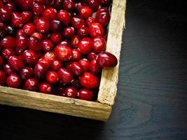 caja llena de arándanos rojos maduros foto