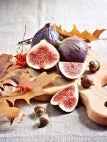 higos maduros, mesa de acción de gracias o otoño. enfoque selectivo