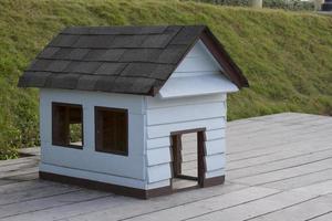 casa de perro de madera foto