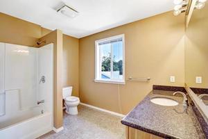 interior do banheiro em uma casa vazia