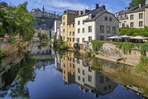 casas antiguas que reflejan el río alzette