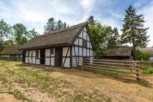 Antigua casa de madera en Kluki, Polonia