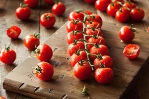 tomates cherry orgánicos rojos crudos
