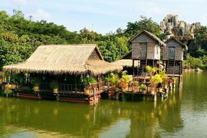 une station touristique au Cambodge avec des maisons construites sur pilotis