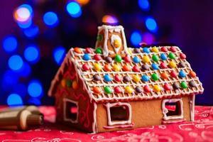 casa de pan de jengibre decorada con caramelos de colores