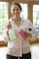 hermosa mujer sosteniendo productos de limpieza de la casa