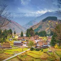 vista de la aldea de ainokura con casas