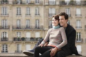 pareja en puente contra casas adosadas foto