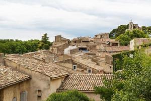 vue sur toiture et paysage de village provençal.