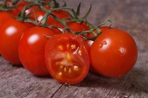 tomates maduros y una fruta en rodajas de cerca. horizontal