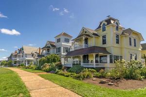 casas coloridas em penhascos de carvalho