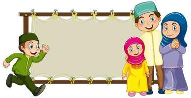 familia del medio oriente con una pancarta en blanco