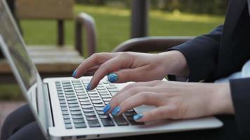 Les mains des femmes sur le clavier de l'ordinateur portable video