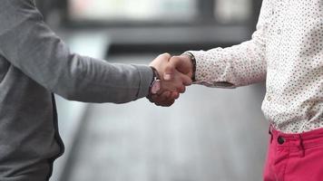 dos ejecutivos de publicidad dándose la mano