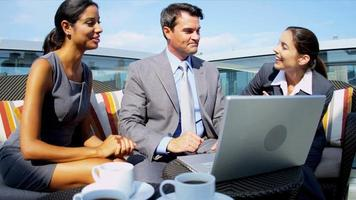 Treffen multiethnischer Geschäftskollegen
