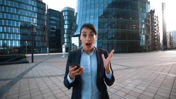mulher de negócios dá-lhe o telefone móvel. grande coisa chamando
