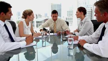 empresário conversando com colegas