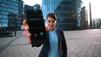 sexy Geschäftsfrau bitten Sie, Anruf von Ihrem Freund zu beantworten
