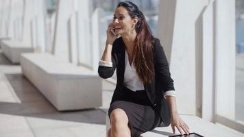 giovane imprenditrice parlando sul suo smartphone