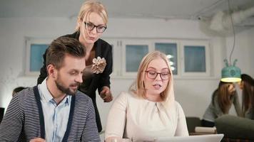Close up leader della squadra femminile che punta allo schermo. riunione del team di lavoro creativo nell'ufficio di avvio moderno