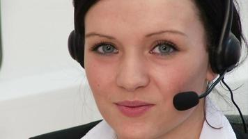 mulher atraente em um fone de ouvido video