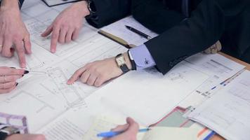 Los ingenieros y arquitectos del grupo discuten el plan