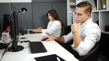 Mitarbeiter-Teambild im modernen Büro. Projektmanager arbeiten neue Idee. 20s fullhd. video