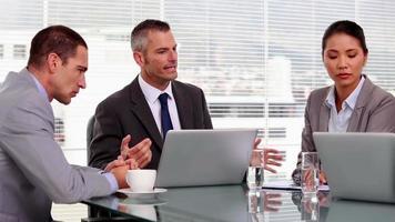 boze zakenman wijzend op werknemers