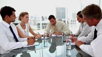 empresario enojado gritando a los empleados durante una reunión video