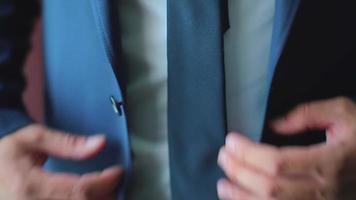 homem de negócios ou noivo vestindo um terno preto