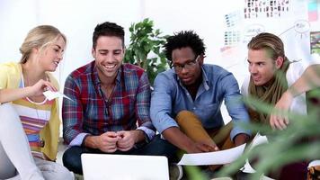equipo creativo trabajando juntos en la computadora portátil