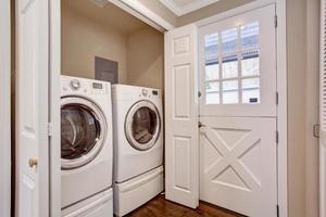 Pequeño lavadero con lavadora y secadora. foto