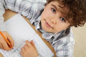 niño haciendo la tarea