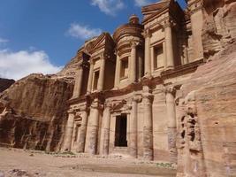 monasterio en petra, jordania foto