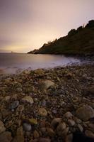 playa y costa mediterránea de noche foto