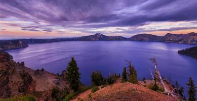 puesta de sol en el lago del cráter foto