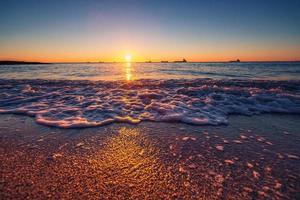 amanecer sobre el mar