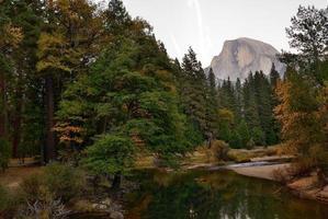 río yosemite y media cúpula foto