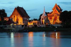 Crepúsculo vista del templo tailandés durante la puesta de sol en Ayutthaya foto