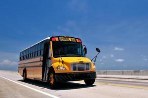 autobús escolar viajando por la autopista de ultramar de florida foto
