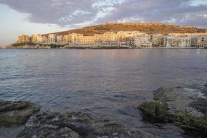 puesta de sol en el pueblo costero mediterráneo foto
