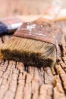 Pincel viejo sobre fondo de madera, vintage