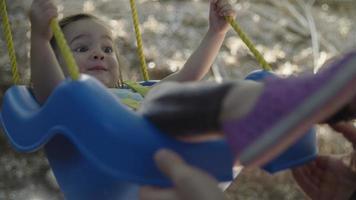 cámara lenta de niña en columpio video