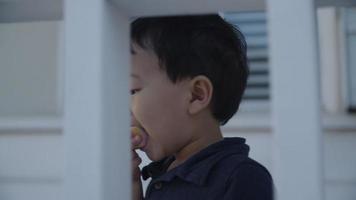 câmera lenta de menino comendo lanche