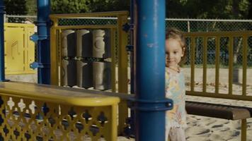 cámara lenta de niña jugando en el parque de juegos