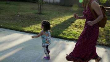 cámara lenta de madre e hija corriendo en el parque video
