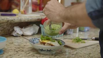 Zeitlupe des Mannes, der das Mittagessen auf der Theke vorbereitet video