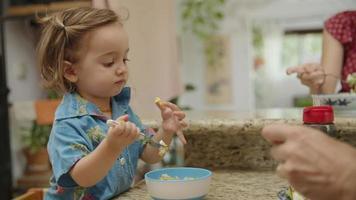 Cámara lenta de hija alimentando al padre con comida en su dedo video